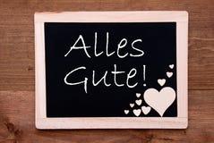 La pizarra con los corazones de madera, Alles Gute significa recuerdos Fotos de archivo