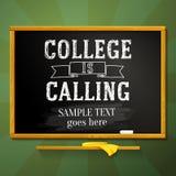 La pizarra de la escuela con la universidad está llamando el saludo Fotos de archivo libres de regalías
