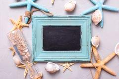 La pizarra vacía para el texto y los artículos marinos en gris texturizaron b Foto de archivo libre de regalías