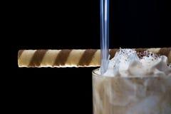 La pizca del latte de Coffe azotó la crema y el rodillo sabroso Fotos de archivo