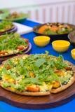 La pizza è un ristorante italiano che è popolare intorno al mondo cucinato dai cuochi unici cui sia capace di fare i piatti cucin fotografia stock
