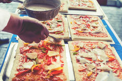 La pizza è un ristorante italiano che è popolare intorno al mondo cucinato dai cuochi unici cui sia capace di fare i piatti cucin fotografie stock