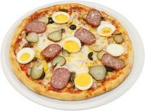 La pizza Capricciosa avec des champignons de tomates de fromage egg la saucisse et le jambon plats Images stock