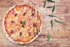 La pizza con chiken y los tomates Fotos de archivo libres de regalías