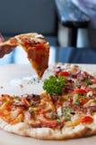 La pizza con el tocino, ajo, secó los chiles Imágenes de archivo libres de regalías