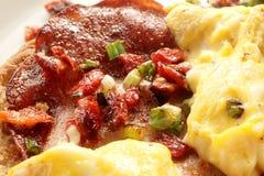 La pizza con le uova dell'estremità del bacon si chiude su immagini stock