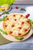 La pizza con los pescados rojos de los mariscos, salmones, camarón, tomates, aún vida, queso, estiramientos, hombro, rebanada, su Foto de archivo