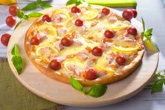 La pizza con los salmones, camarón, tomates, aún vida, queso, estiramientos, hombro, rebanada, sube Imagen de archivo