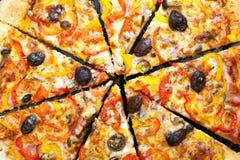La pizza cortó en rebanadas imagen de archivo libre de regalías