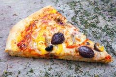 La pizza cortó en rebanadas fotos de archivo
