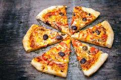 La pizza cortó en rebanadas fotografía de archivo