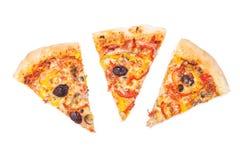 La pizza cortó en rebanadas fotografía de archivo libre de regalías