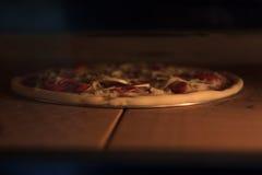 La pizza dans le four Image libre de droits