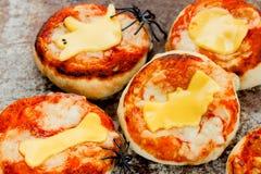 La pizza de Halloween adornó la calabaza del palo del fantasma del hueso del queso, par del niño Imagenes de archivo
