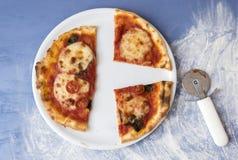 La pizza de Margarita cortó en porciones Foto de archivo