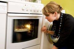 La pizza de observación cuece al horno Fotos de archivo
