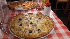 La pizza del restaurante italien la comida foto de archivo