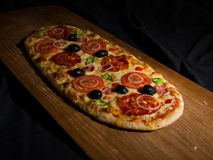 La pizza encendido wodden la cubierta Fotografía de archivo libre de regalías