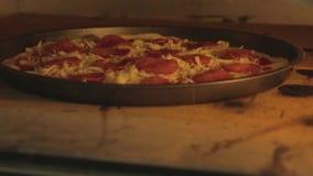 La pizza est faite cuire dans le four banque de vidéos