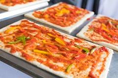 La pizza est un restaurant italien qui est populaire autour du monde cuit par les chefs avec qui soyez capable de faire la vaisse image libre de droits