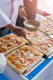 La pizza est un restaurant italien qui est populaire autour du monde cuit par les chefs avec qui soyez capable de faire la vaisse photo libre de droits