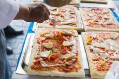 La pizza est un restaurant italien qui est populaire autour du monde cuit par les chefs avec qui soyez capable de faire la vaisse images libres de droits