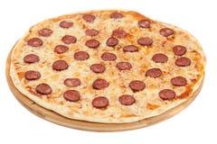 La pizza hecha en casa con el salami Imágenes de archivo libres de regalías