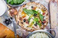 La pizza italiana tradicional con la mozzarella, el salami, el ricotta y la calabaza florece Fotografía de archivo