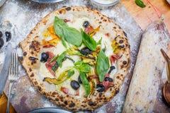 La pizza italiana tradicional con la mozzarella, el salami, el ricotta y la calabaza florece Fotos de archivo libres de regalías
