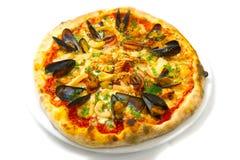 La pizza italienne de nourriture de fruits de mer de pizza, jambon répand des olives Images stock