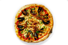 La pizza italienne de nourriture de fruits de mer de pizza, jambon répand des olives Image stock