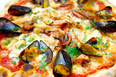 La pizza italienne de nourriture de fruits de mer de pizza, jambon répand des olives Photos libres de droits