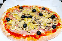La pizza italienne de nourriture de mozzarela de capriciosa de pizza, jambon répand des olives Photo stock