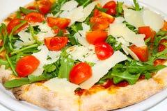 La pizza italienne de nourriture de mozzarela de tomates de parmesan d'arugula de pizza, jambon répand des olives Images stock