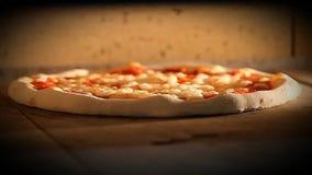 La pizza italienne de nourriture de mozzarela visuel de margherita de four de pizza, jambon répand des olives banque de vidéos