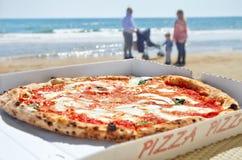 La pizza miente en la tabla Imagenes de archivo