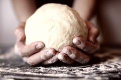 La pizza prepara la guarnizione della mano della pasta Fotografia Stock