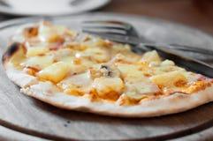 La pizza saporita sul vassoio di legno pronto da mangiare Fotografie Stock