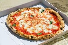 La pizza se trouve sur la table Image libre de droits
