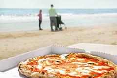 La pizza se trouve sur la table Photo libre de droits