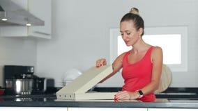 La pizza sonriente de la abertura de la mujer encajonan y el aroma apetitoso el oler en cocina almacen de video