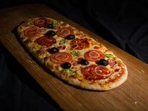La pizza sopra wodden la piattaforma Fotografia Stock Libera da Diritti