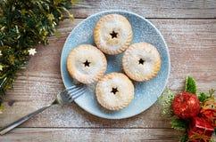 La placa azul con pica las empanadas, la bifurcación y decoraciones de la Navidad Foto de archivo libre de regalías