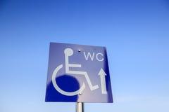 La placa de calle discapacitada en blanco de la muestra del WC Foto de archivo libre de regalías