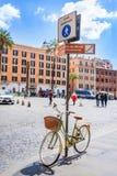 La placa de calle peatonal de la zona con una bicicleta femenina diseñada retra parqueó debajo Aria que camina en centro de ciuda Imagenes de archivo