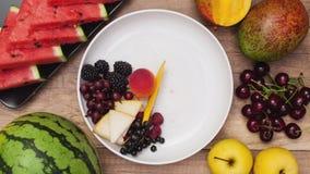 La placa de las frutas del verano girar y vacia lentamente metrajes