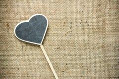La placa de madera de la pizarra colocada derecho-echó a un lado corazón Foto de archivo libre de regalías