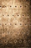 La placa de metal del marrón del oro del Grunge clava textura del fondo de los tornillos Fotos de archivo