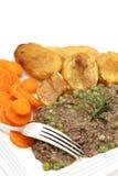 La placa de pican y las patatas de las zanahorias de los guisantes verticales Imágenes de archivo libres de regalías
