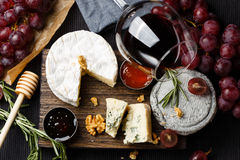 La placa de queso sirvió con el vino, el atasco y la miel foto de archivo libre de regalías